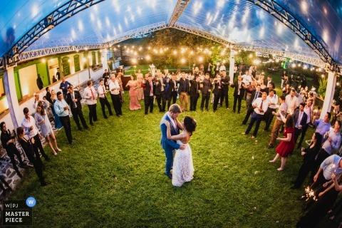 Fazenda Joaguara Velha ślubny fotoreportaż obraz pary podczas pierwszego tańca pod czystym namiotem na trawie