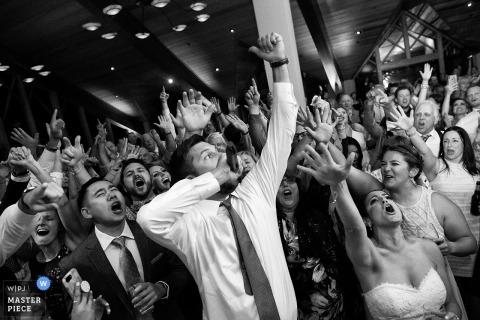 Obraz tańczącej pary otoczony gośćmi przez fotografa ślubnego z Jeziora Tahoe
