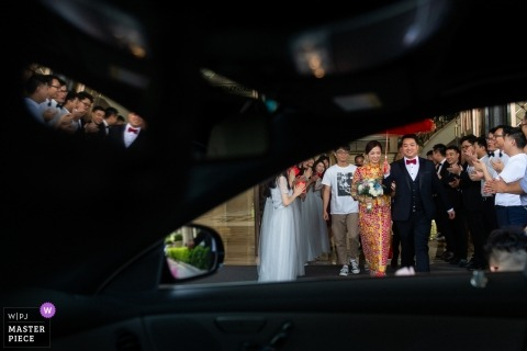 Guangdong wedding photo with a couple heading to their auto ride