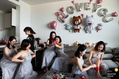 Guangdong wedding photo of bridesmaids getting ready | China wedding photography