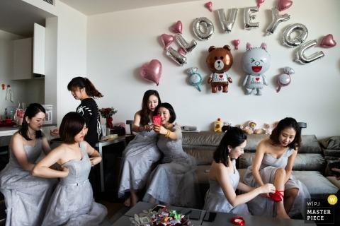 Zdjęcie ślubne Guangdong druhny szykujące się | Chińska fotografia ślubna
