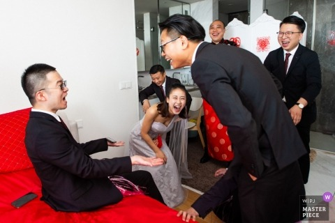 Wedding pictures of pre-wedding games/traditions by Guangdong photographer