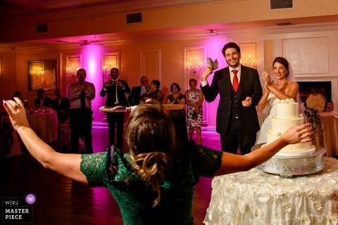 Soundview Caterers wesele zdjęcie panny młodej i pana młodego, które zamierzają wyciąć ciasto.