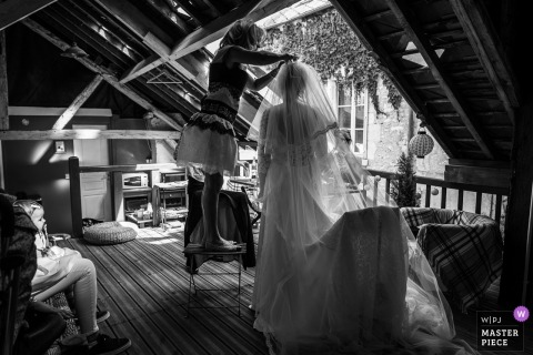 Wedding photo shoot in Meung-sur-Loire - Almost ready, getting veil attached