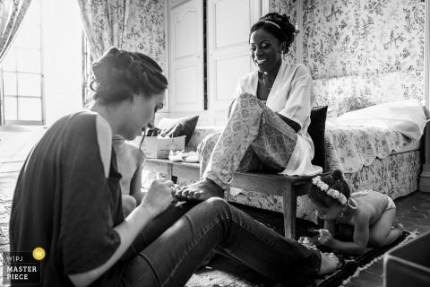 Huwelijksfoto's van vrouwen die teennagels schilderen door Orleans, de fotograaf van Frankrijk