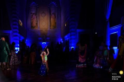 Florenz Hochzeitstanz Foto | Hochzeitsfoto des Kindertanzens während des indischen Hochzeitsfestes