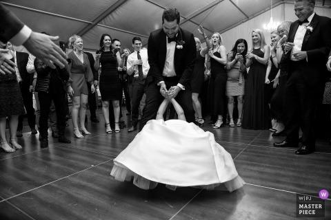 Squaw Valley, CA Hochzeitsempfangfoto der Tanzbodenaktion in Schwarzweiss.