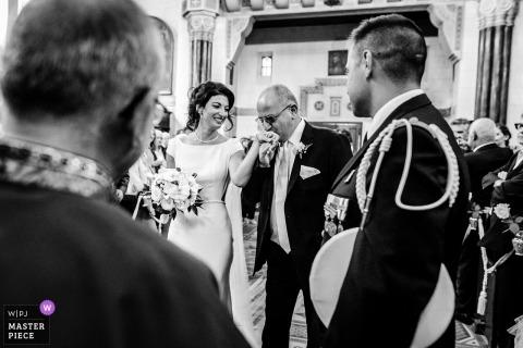 Trouwshoot met het koppel van Haute-Garonne | Bruid krijgt kus bij de hand van haar vader tijdens de ceremonie