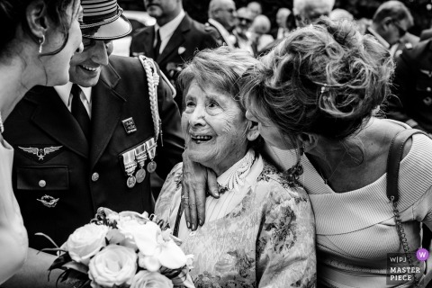 Dokumentarische Hochzeitsfotografie in Haute-Garonne | Ein älterer relativer Gast bekommt Umarmungen und Küsse