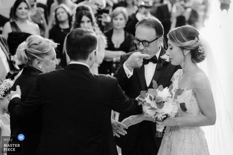 Latina Hochzeitsshooting mit einem Paar und der Vater der Braut gibt sie mit Gesten und Anweisungen weg
