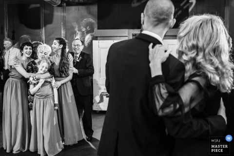 Photos de mariage des parents en train de danser à la réception par le photographe du New Jersey