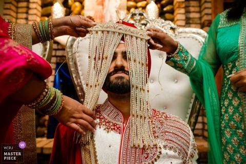 Sacramentohochzeitsphotographie eines Mädchens mit traditionellem indischem Headwear während der Zeremonie