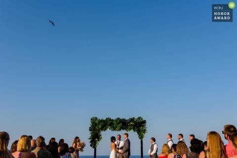 Puerto Vallarta-Paare während ihrer Hochzeitszeremonie im Freien unter blauen Himmeln