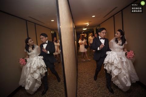 Singapur ślubny fotoreportaż obraz spaceru para odzwierciedlenie w dużych szklanych ścianach