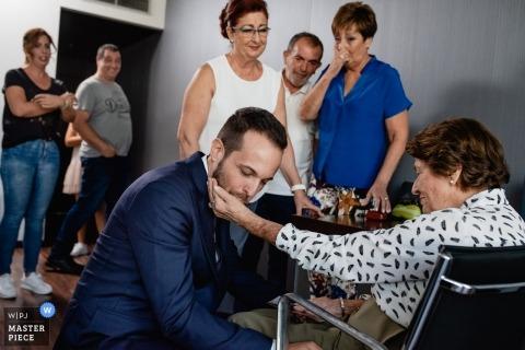 Madrid Hochzeitsfoto des Bräutigams mit Verwandten emotionale Hochzeitsfotografie
