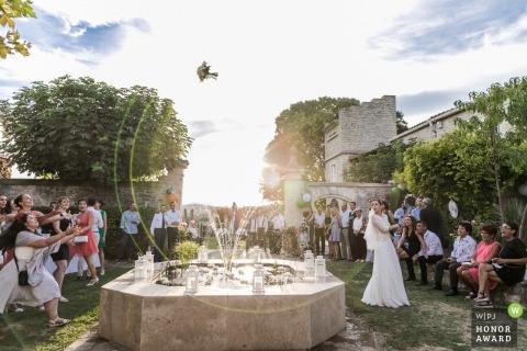 Het boeket over waterfontein werpen trouwreportages in Montpellier, FRANKRIJK