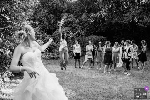 Auvergne-Rhône-Alpes huwelijksfoto van bruid die boeket werpt - de gelukkige gast vangt het