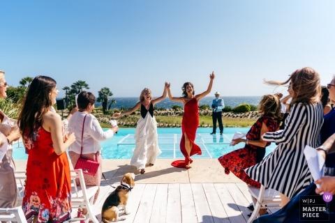 Auto Zwei Bräute heirateten gerade über Schwimmbad und feiern in Cascais Portugal