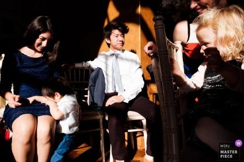 Hammersmith, London dokumentiertes Hochzeitsfoto von Gästen, die den Sonnenschein an der Rezeption genießen