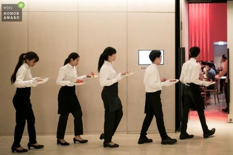 Le photojournalisme de mariage Image de vendeurs de nourriture sortant des assiettes pour les invités à Bangkok, Thaïlande