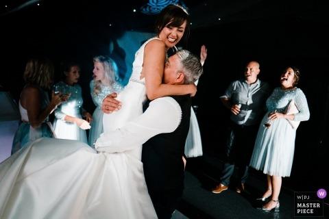 Père et fille dansent à leur mariage à Broyle Place