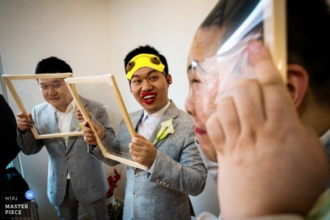 Fujian wedding photo | wedding photograph of groomsmen playing traditional door games