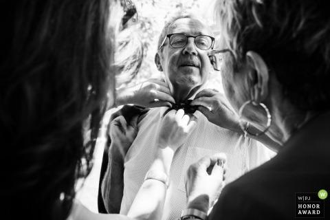 Jardin Cleray, Vallet 44, France photo de mariage d'un homme se faisant aider par des dames avec sa cravate