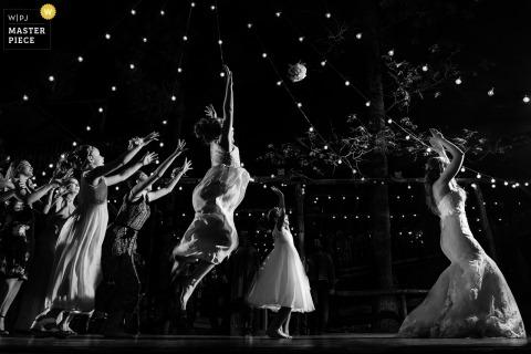 Lake Arrowhead, CA Hochzeitsfotografie | Braut, die Brautjungfern und weiblichen Gästen Blumenstrauß wirft