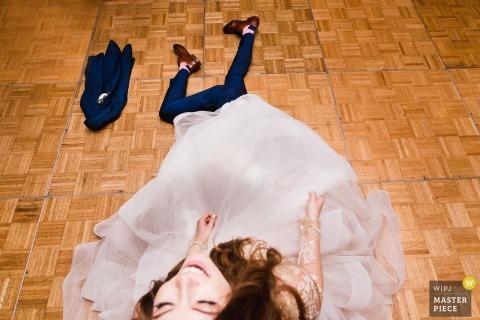 San Diego, Ca Paar während ihrer Hochzeit Bräutigam, der Strumpfband unter dem Kleid der Braut zurückzieht