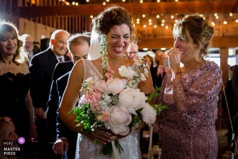 Hochzeits-Fotojournalismus im Linekin Bay Resort Boothbay Harbor, Maine | Die Braut und ihre Mutter haben einen emotionalen Moment, bevor sie sie heiratet, um bald Ehemann zu sein