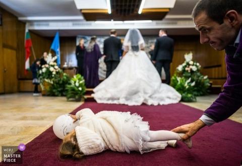 Huwelijksshoot met Sofia, Bulgarije paar en een gevallen flowergirl - de ceremonie
