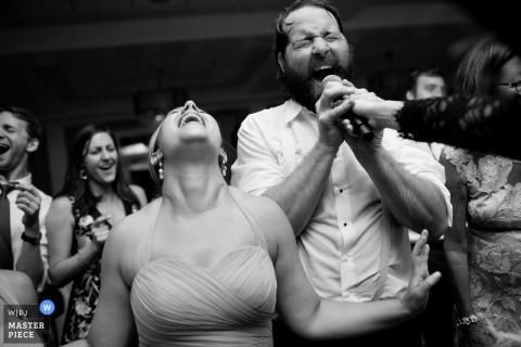 Providence Hochzeitsfoto von Gästen, die in mic singen RI Hochzeitsfotografie