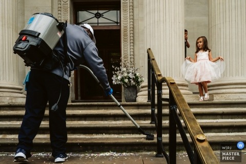 Hochzeitsfoto von Flowergirl auf Kirchenschritten in London