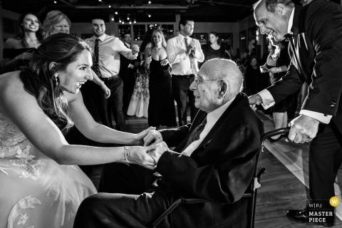 Hochzeits-Fotojournalismus in New Jersey - Braut tanzt mit dem Großvater in Liberty House NJ Wedding