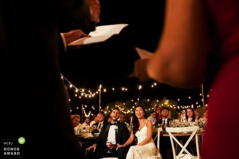 Sesión de boda en Florencia con una pareja riendo durante los discursos de boda