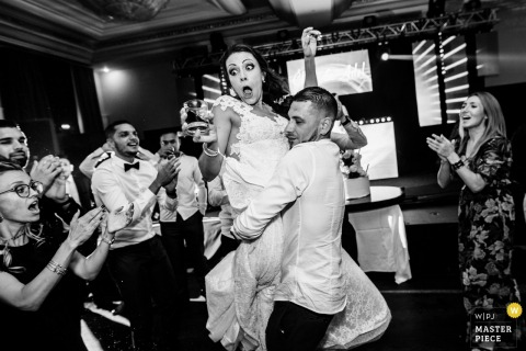 Picture of a couple dancing by a top Lyon wedding photographer