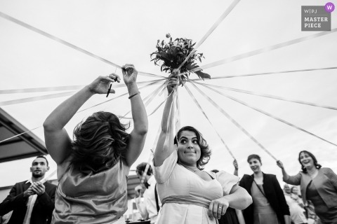 Genève wedding photo of the ribbon/bouquet tradition | wedding photography