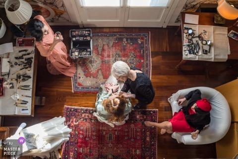 Huwelijksfoto in Venetië van overheadkosten van een vrouw wordt geschoten die make-up toepassen die