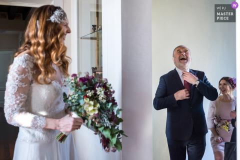 Huwelijksbeeld van een vader die met zijn dochter de bruid door de fotograaf van Venetië lachen