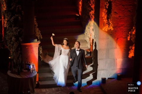 Foto der Braut und des Bräutigams, die ihren großartigen Eingang beim Castello di Bracciano Rome Italy machen