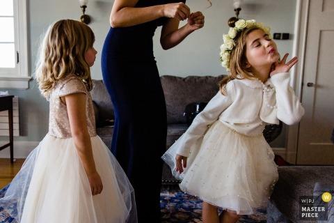 Hochzeitsfotojournalismusbild von den Blumenmädchen, die Spaß am blauen Hügel, Maine haben