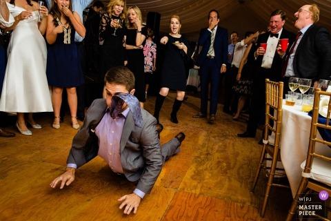 Huwelijksshoot met gast van de Blue Hill-receptie die de worm doet tijdens het dansen