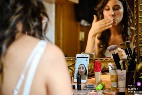 Documentaire huwelijksfotografie in Sevilla van een bruid Skype op haar telefoon voor de ceremonie