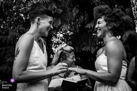 Nelson bc photographe de mariage | tombe presque l'anneau pendant la cérémonie de mariage en plein air de Castlegar BC