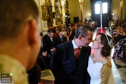 Beeld van een paar op het punt om tijdens hun ceremonie door een hoogste het huwelijksfotograaf van Sevilla te kussen