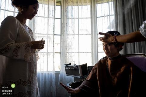 La mariée prépare des photos de mariage par un photographe d'Anaheim, Californie