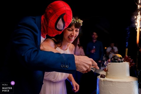 Pictures of a couple cutting their cake by a top București wedding photographer | Spiderman Groom