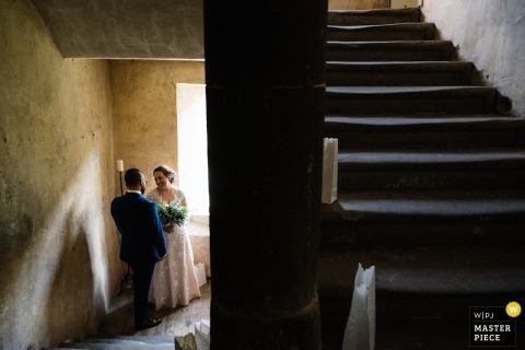 Neidpath Castle, Peebles, Schottland dokumentarisches Hochzeitsfoto einer Braut und des Bräutigams, die einen privaten Moment im Treppenhaus nach der Zeremonie teilen