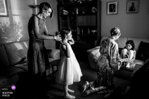 Eggington House-Hochzeitsfoto der Blumenmädchen, die für die Hochzeitszeremonie vorbereitet werden.