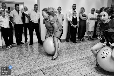 Polnisches Hochzeitsfoto von Gästen, die an Rennspielen an der Rezeption teilnehmen